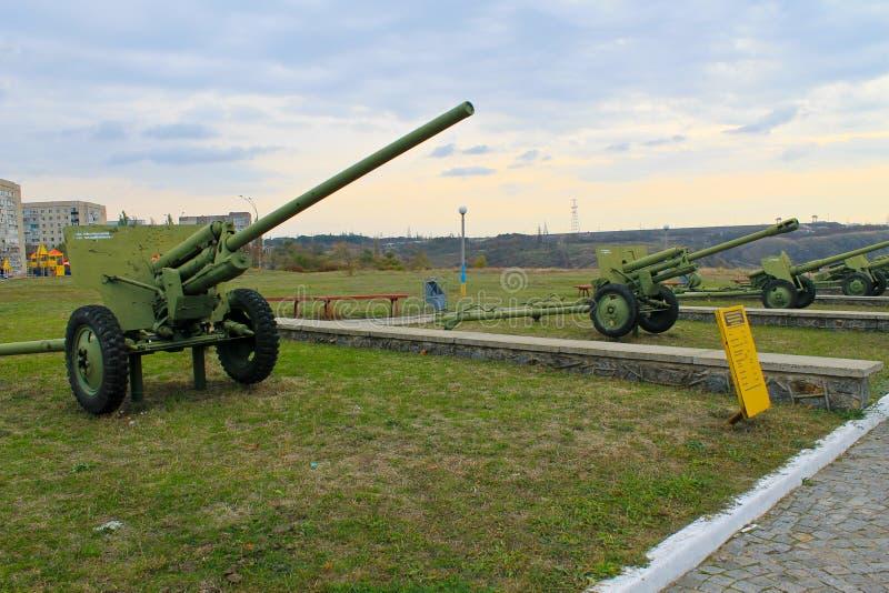 Sowjetische Militärkanonen im Park Yuzhnoukrainsk, Ukraine stockbilder