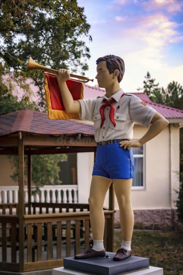 Sowjetische Pionier- Statue Kind-` s im Pionierlager am Erholungsort stockbilder