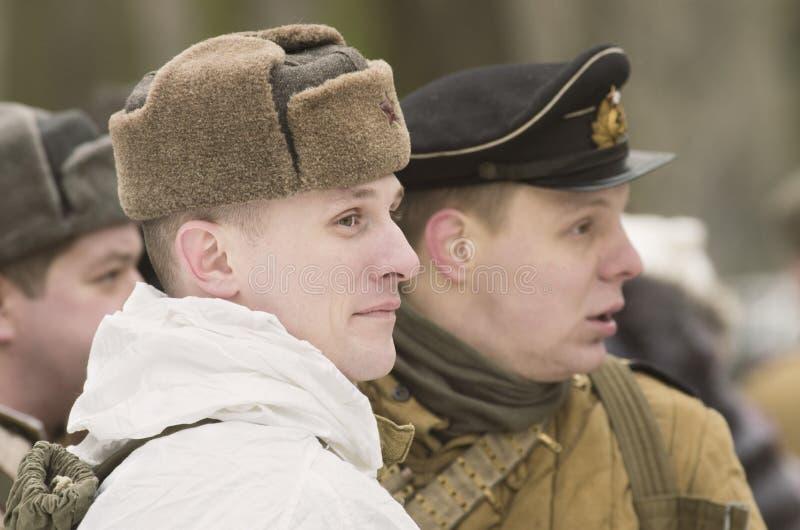 Sowjetische Soldaten, die Kampfbildungen erwarten stockfoto