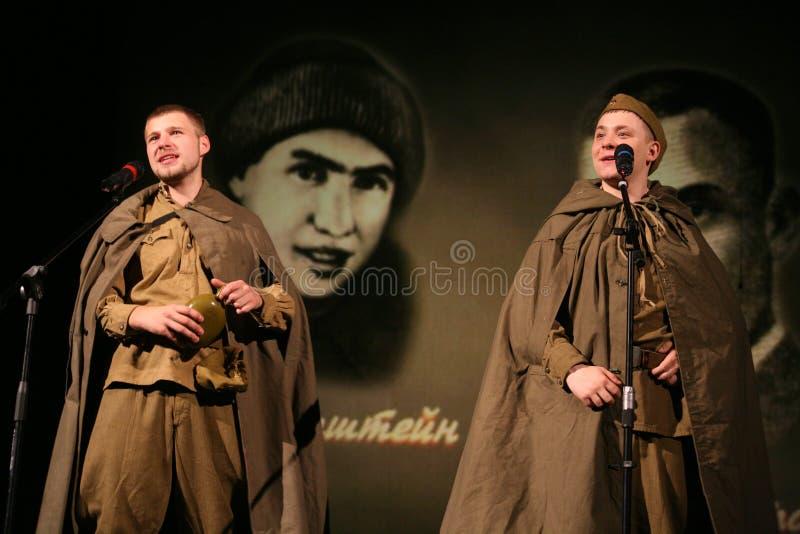 Sowjetische Soldaten Portra, Held in der Uniform des Zweiten Weltkrieges das Akkordeon über schwarzem Hintergrund spielend lizenzfreie stockfotografie