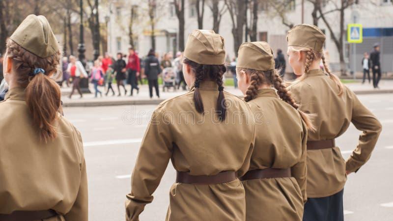 Sowjetische weibliche Soldaten in der Uniform des Zweiten Weltkrieges, stockbild