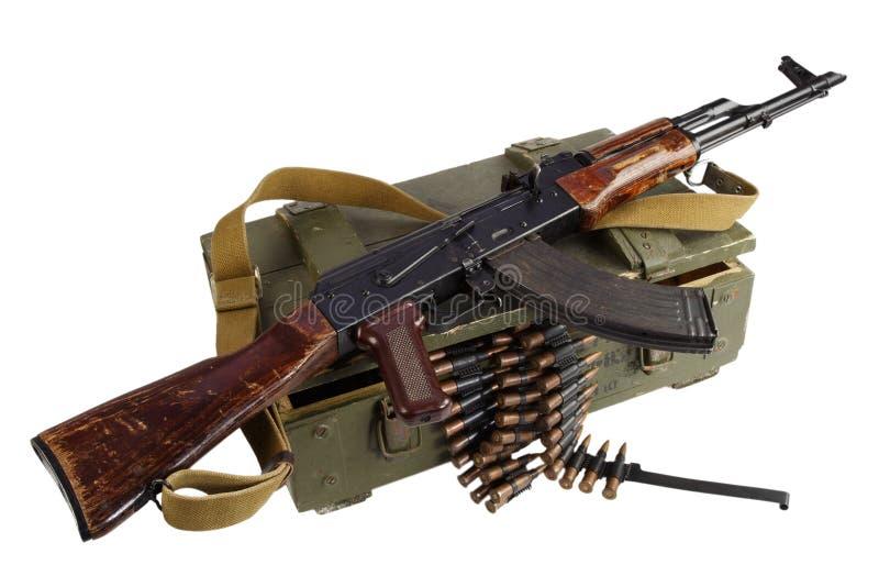 sowjetischer Armeekasten Munition mit AK-Gewehr und -munition stockbild