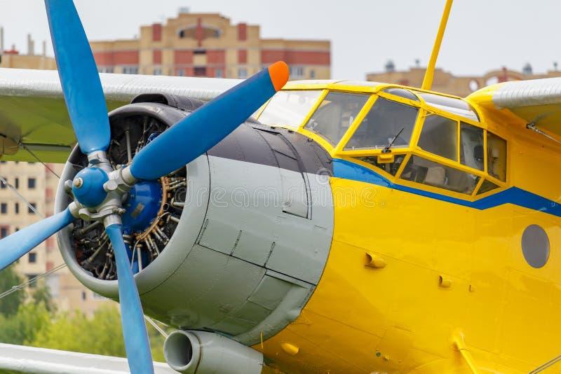 Sowjetischer Flugzeugdoppeldecker Antonow AN-2 mit blauem Vierblattpropeller und gelber Rumpfnahaufnahme lizenzfreie stockfotografie