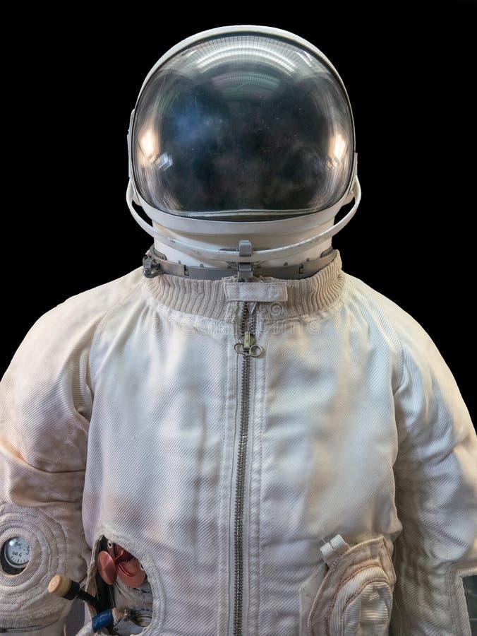 Sowjetischer Kosmonaut oder Astronaut oder Raumfahreranzug und -sturzhelm auf schwarzem Hintergrund lizenzfreies stockfoto
