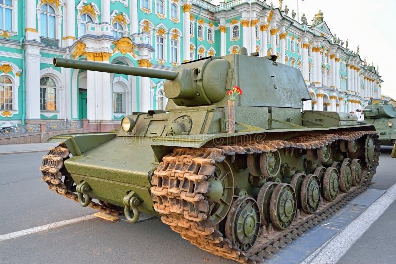 Download Sowjetischer Schwerer Panzer KV-1 Auf Dem Hintergrund Des Winter-Palastes Stockfoto - Bild von gleiskettenfahrzeug, palast: 106801836