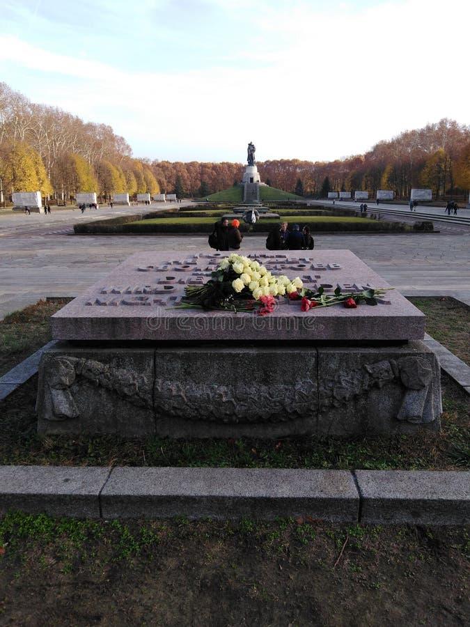 Sowjetisches Ehrenmal - parco di Treptower a Berlino fotografia stock libera da diritti
