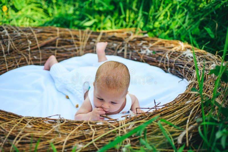 Soy curioso Bebé o muchacho recién nacido Cuidado recién nacido del bebé Atención sanitaria para el niño sano Señora curiosa hoff foto de archivo