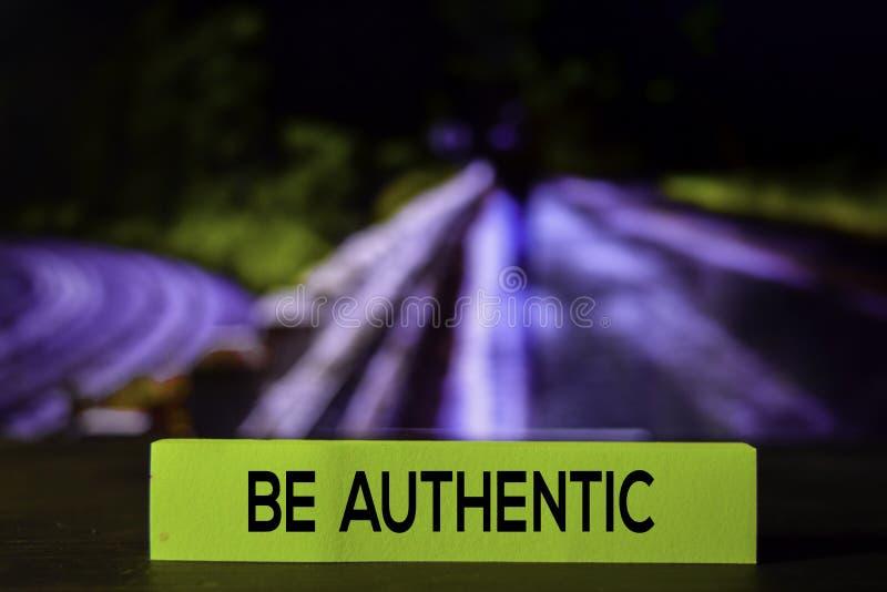 Soyez authentique sur les notes collantes avec le fond de bokeh photo libre de droits