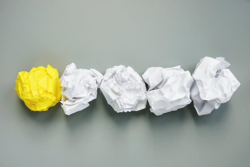 Soyez diff?rent Ligne des boules de papier et les jaunes Créativité et individualité photographie stock libre de droits