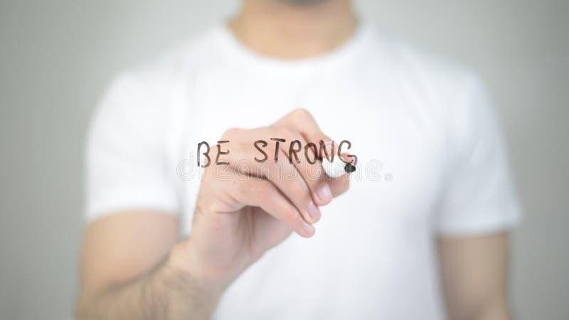 Soyez fort, écriture d'homme sur l'écran transparent photographie stock libre de droits