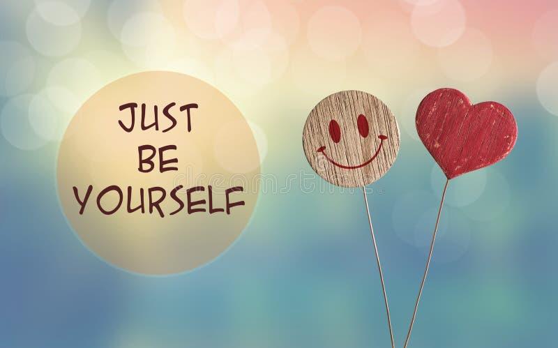 Soyez juste vous-même avec l'emoji de coeur et de sourire photographie stock