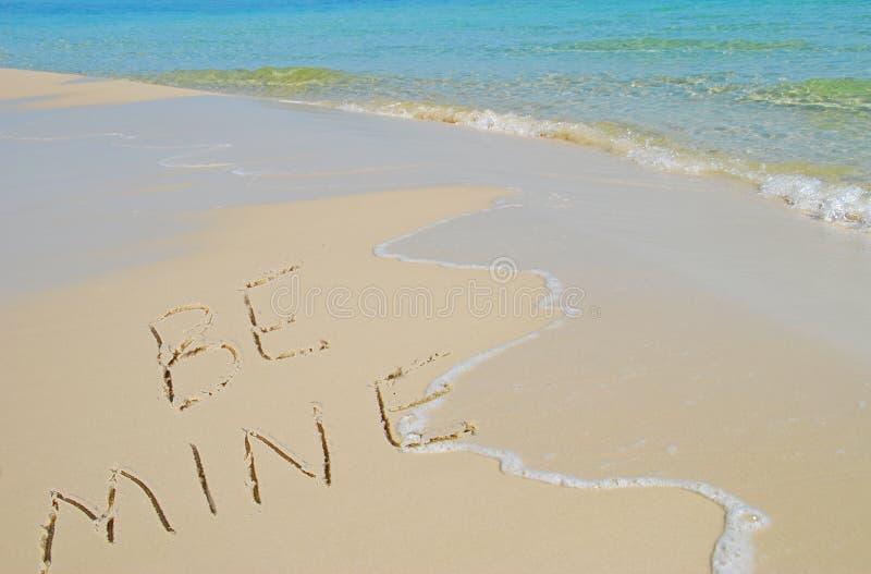 Soyez le mien écrit sur la plage photos libres de droits