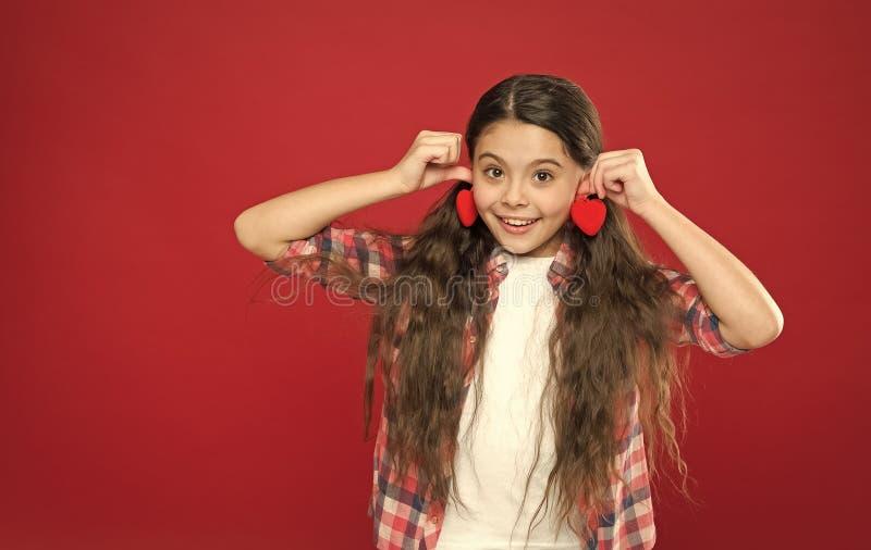 Soyez mon Valentine Amour de famille Enfant mignon de fille avec des coeurs Fille d'enfant avec le fond rouge de longs cheveux C? photo stock
