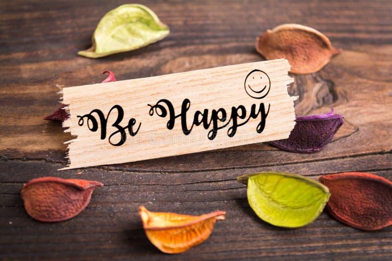 Soyez texte heureux en bois de coupure photos stock