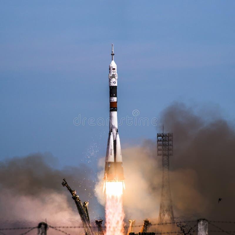Soyuz raketlansering i bärande besättning för Baikonur cosmodrome till ISS royaltyfri fotografi