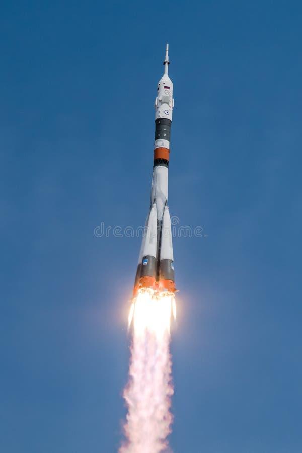 Soyuzraket die tijdens de vlucht bemanning vervoeren aan ISS Baikonur Cosmodrome stock afbeelding