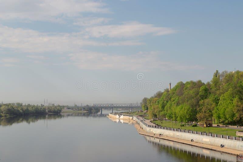 Sozh rzeczny bulwar blisko pałac i parka zespołu w Gomel, Białoruś zdjęcie stock