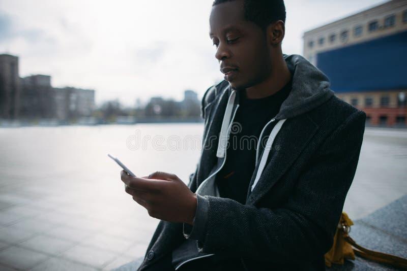 Sozial-Media Communication Nachdenklicher schwarzer Mann lizenzfreie stockfotografie