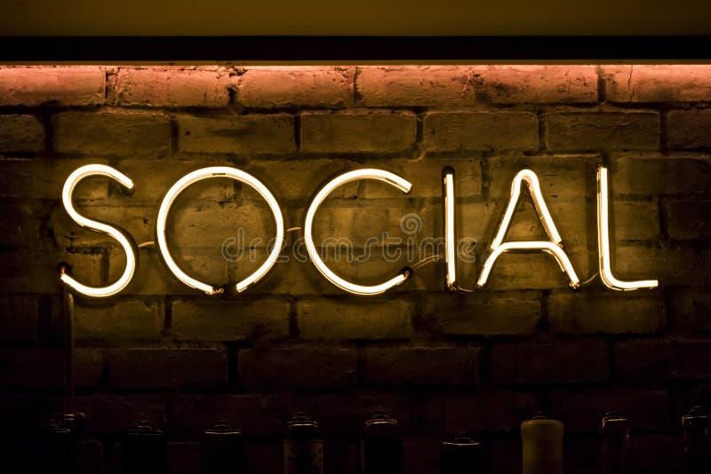 Sozial unterzeichnen Sie herein gelbe Neonlichter lizenzfreie stockfotografie