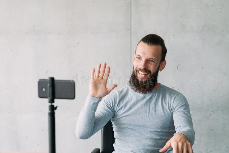 Sozial-vlog Mann Smartphone, der Teilnehmer grüßt stockfoto