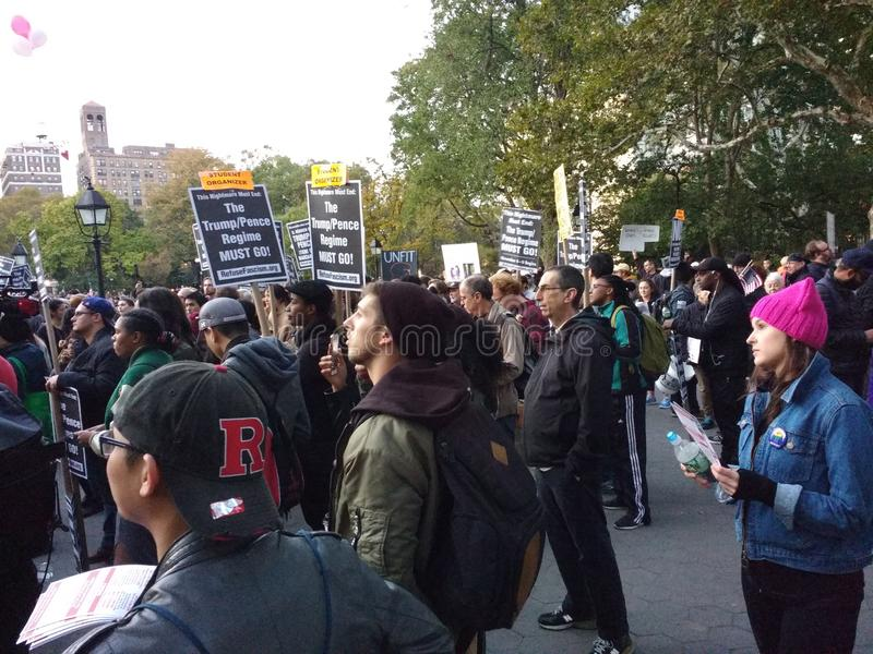 Sozialaktivismus, Anti-Trumpf-Sammlung, Washington Square Park, NYC, NY, USA lizenzfreie stockfotos