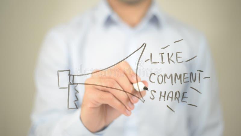 Soziales Netz, wie Kommentar-Anteil-Konzept, Mannschreiben auf transparentem Schirm lizenzfreies stockfoto