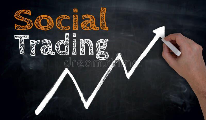 Sozialhandel wird eigenhändig auf Tafel geschrieben stockbild