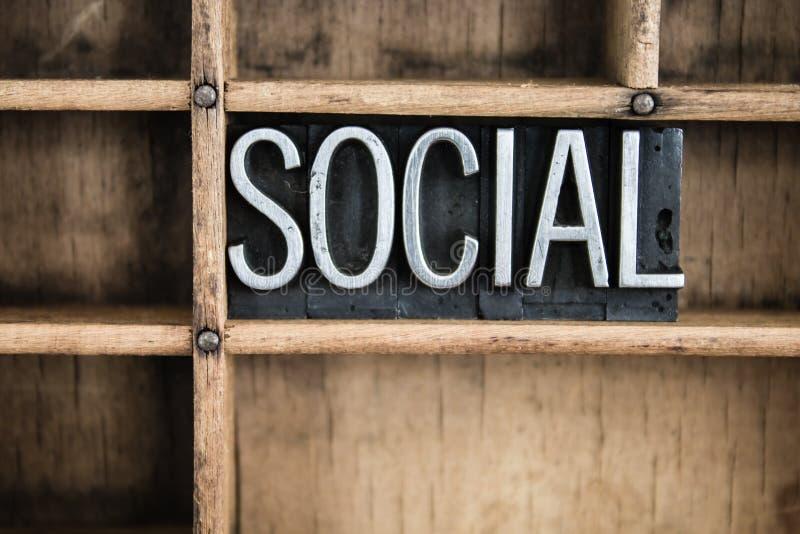 Sozialkonzept-Metallbriefbeschwerer-Wort im Fach lizenzfreies stockfoto