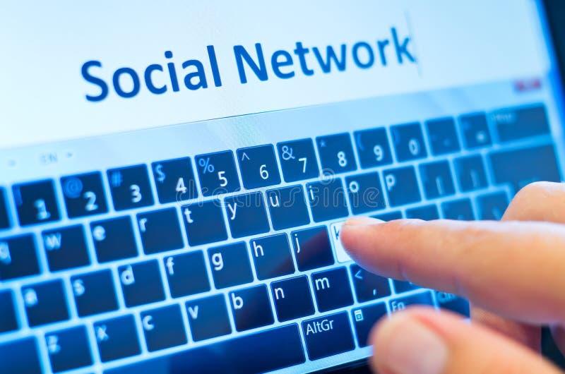 Sozialnetz auf mit Berührungseingabe Bildschirm stockbilder