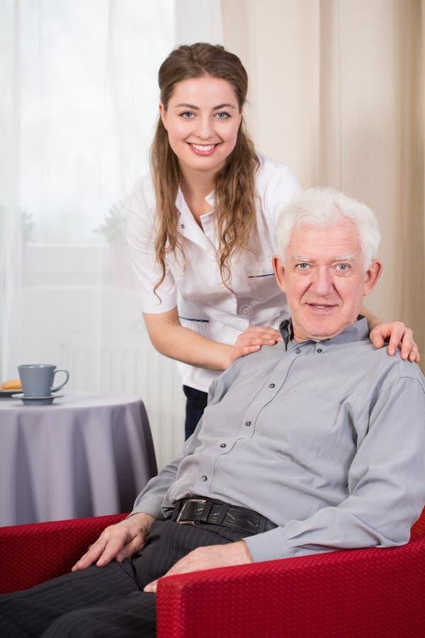 Sozialsorgfaltarbeitskraft und -senior lizenzfreie stockbilder