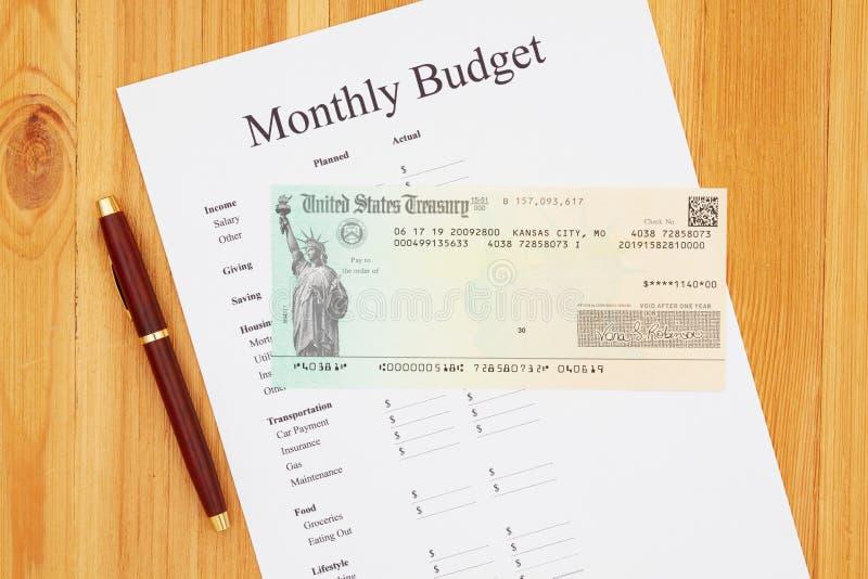 Sozialversicherung: Zahlungsscheck mit monatlichem Haushalt lizenzfreies stockfoto