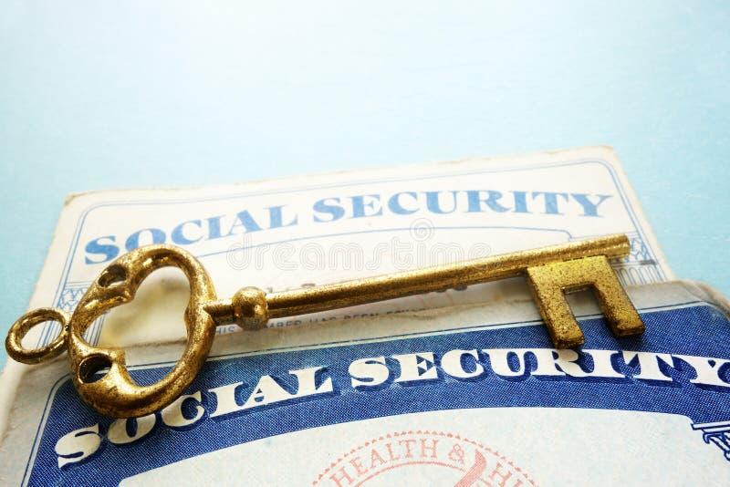 Sozialversicherungskarten und Schlüssel stockbilder