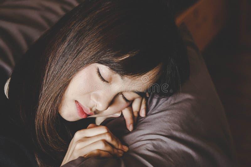 Sozinho da mulher bonita asiática e deprimido tristes, emoção, estilo do vintage foto de stock