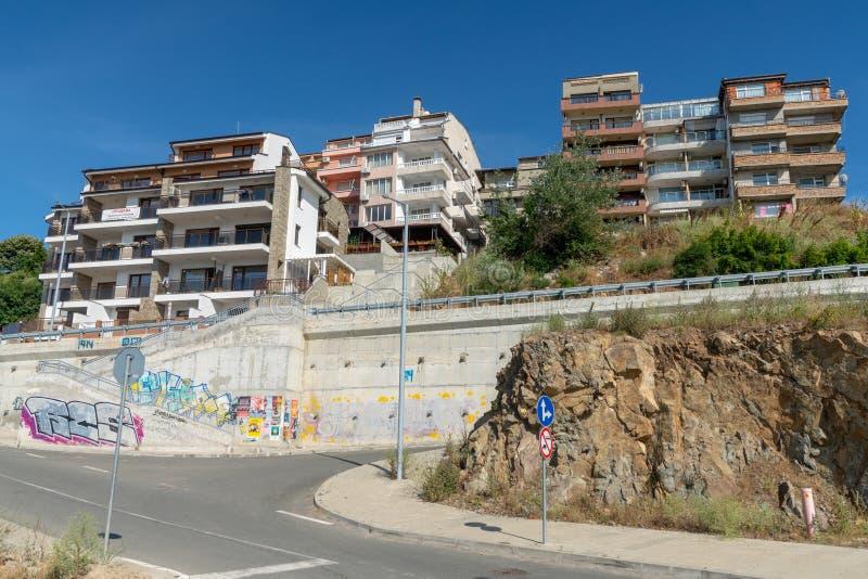 Sozopol-lägenhetsbyggnader med havsvy i Bulgarien arkivbilder