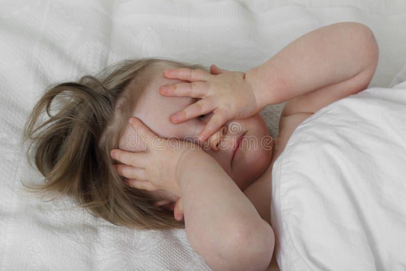 Spädbarnet behandla som ett barn att gå att sova arkivbilder