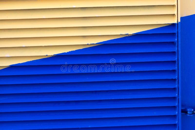 Spädningsvätskan är gul och blå i mitten royaltyfri fotografi