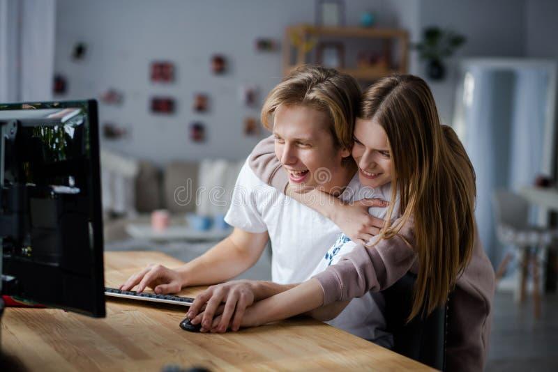 Spännande ögonblick tillsammans fotografering för bildbyråer