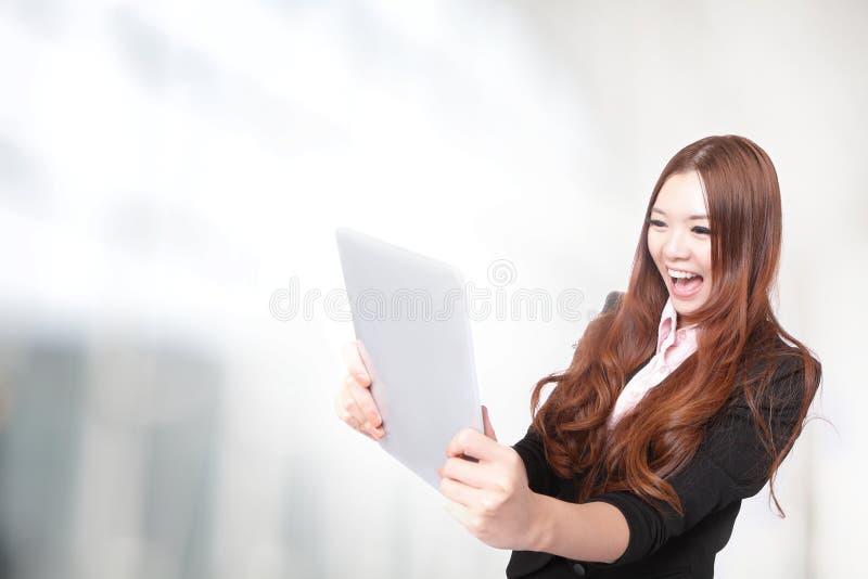 spännande affär se PCtabletkvinnan arkivbilder