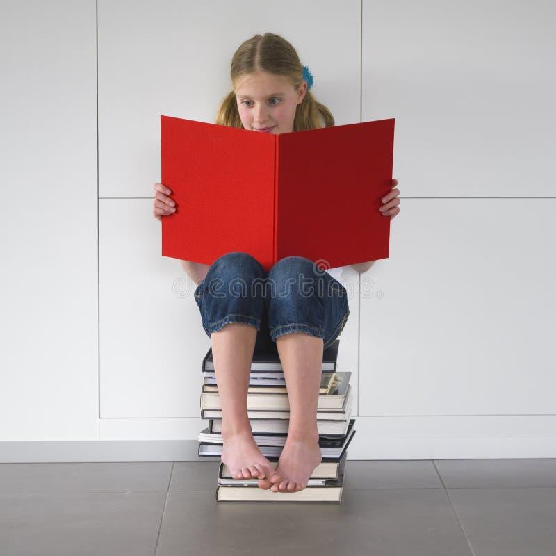 spännande flickaavläsning för bok royaltyfri fotografi