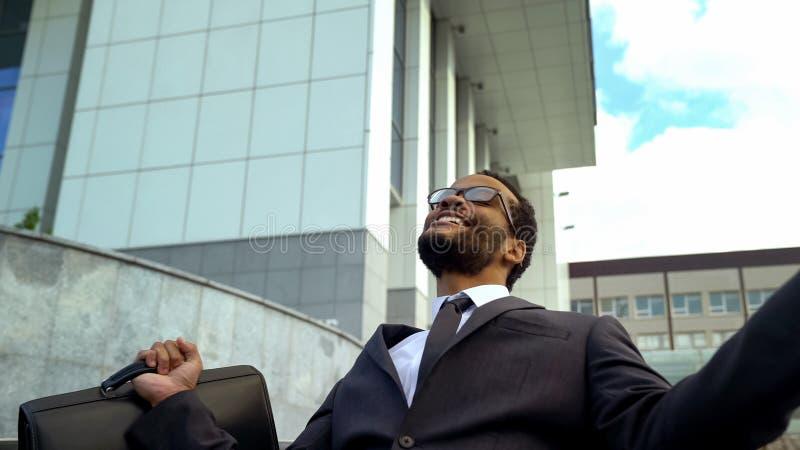 Spännande kontorsarbetare som ropar från lycka som får befordran, högre lön royaltyfri foto