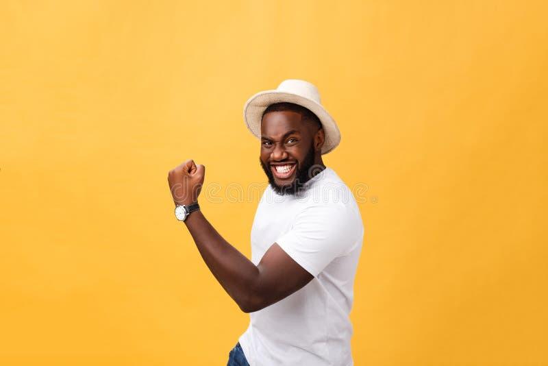 Spännande stilig ung känsla för Afro--amerikanen mananställd och att göra en gest aktivt och att hålla nävar grep hårt om och att royaltyfri bild