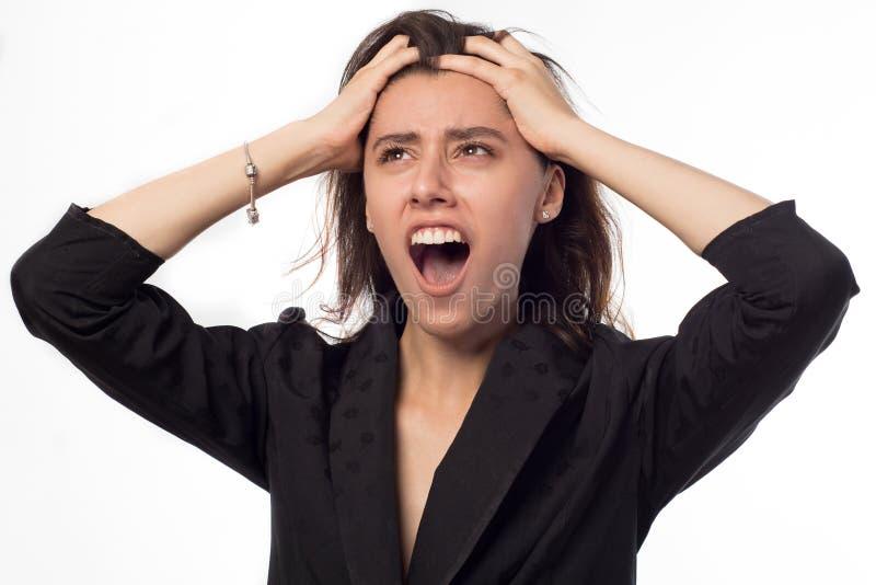 spänning belastade caucasian frustrerat roligt hår för den asiatiska affärsaffärskvinnan henne bilden som drar spänning, kvinnaba arkivfoton