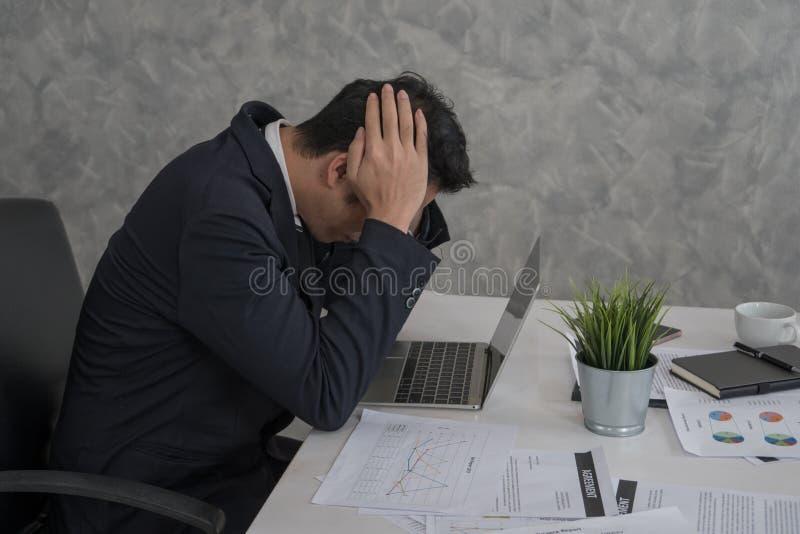 Spänning dåligt lynne, stressad affärsman som trycker på hans huvud med H royaltyfri fotografi
