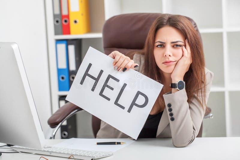 spänning Den olyckliga unga affärskvinnan, behov hjälper att klara av arbete royaltyfri fotografi