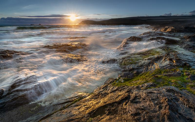 Späte helle anziehende Brandung über Felsen, Constantine Bay, Cornwall stockfotografie