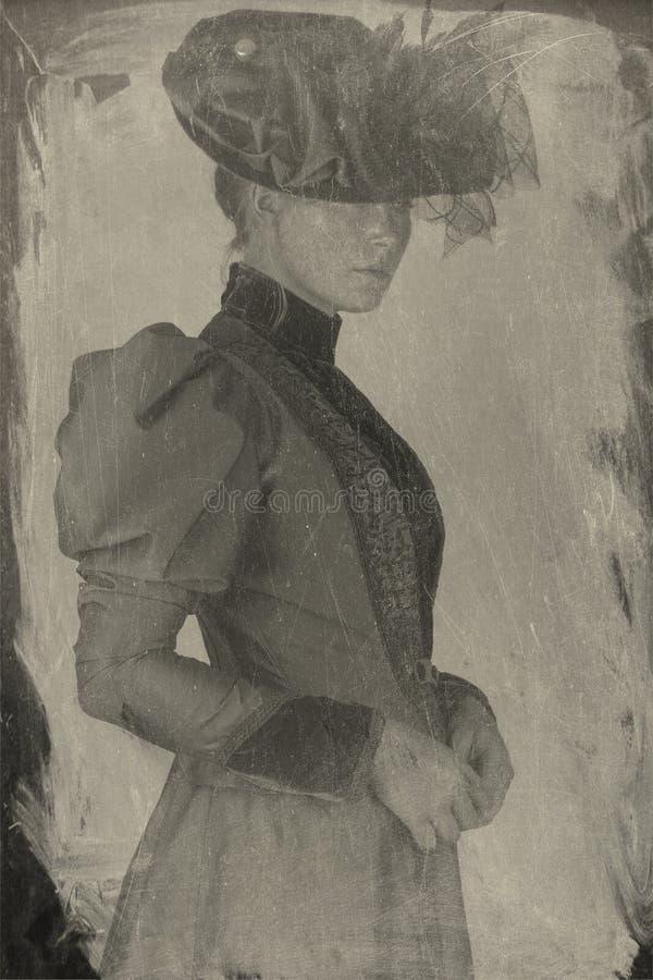 Späte viktorianische Frau im grünen Seidenensemble lizenzfreies stockfoto
