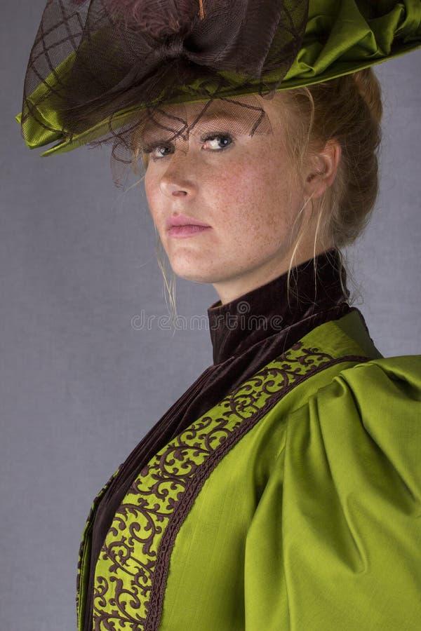 Späte viktorianische Frau im grünen Seidenensemble lizenzfreie stockfotografie