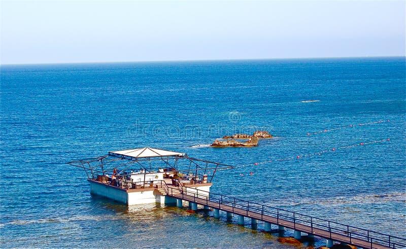 Später Nachmittag durch das Meer in Zypern lizenzfreie stockbilder