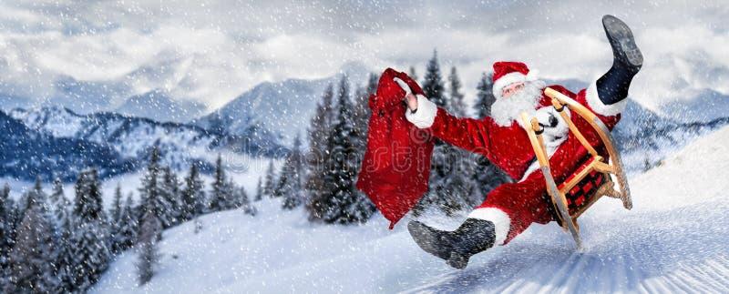 Später Weihnachtsmann in Eile auf Pferdeschlittenschlitten mit traditionellem rotem weißem Kostüm und großer Geschenktasche vor w stockbilder