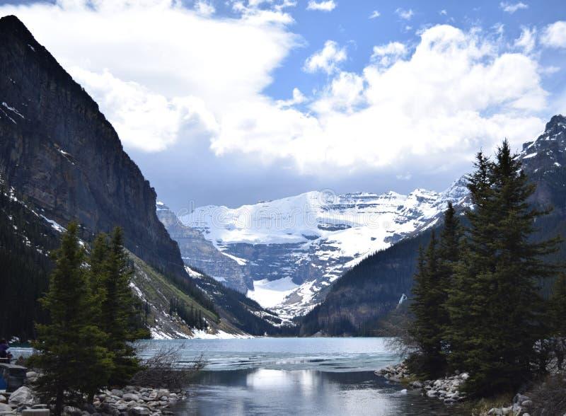 Spätfrühling bei einem slushy Lake Louise, Alberta stockfotografie